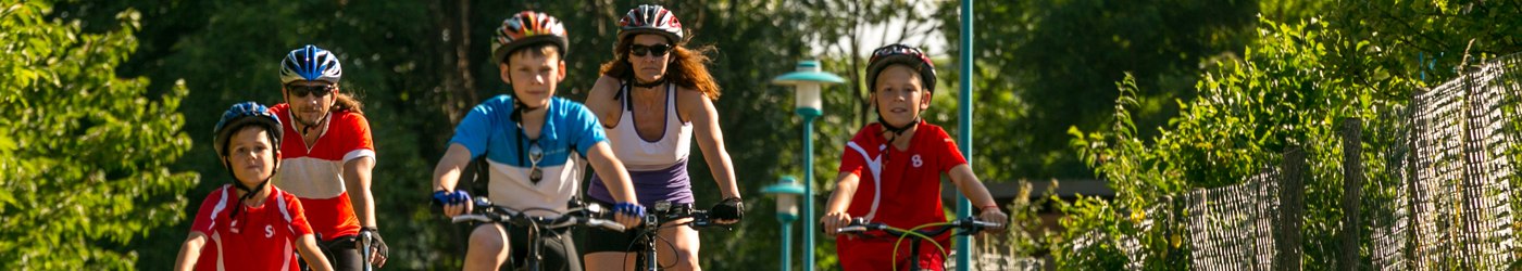 Familie mit drei Kindern beim Radfahren