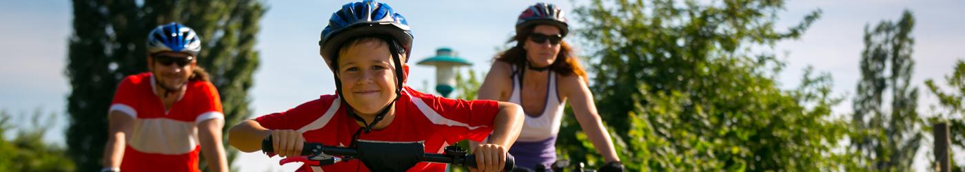 Eltern mit Kind beim Radfahren