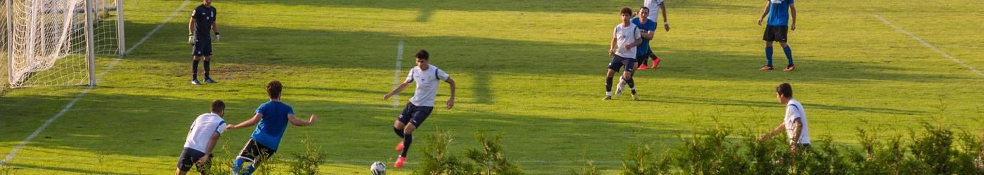 Ein Fussballmatch am Rasenplatz des Thermenhotel Kurz