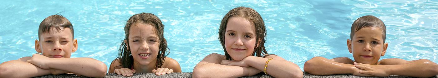 4 Kinder im Pool, Blick nach aussen an den Rand gestützt