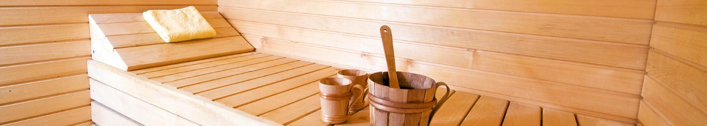 Leeres Saunabett mit Aufgusskübel