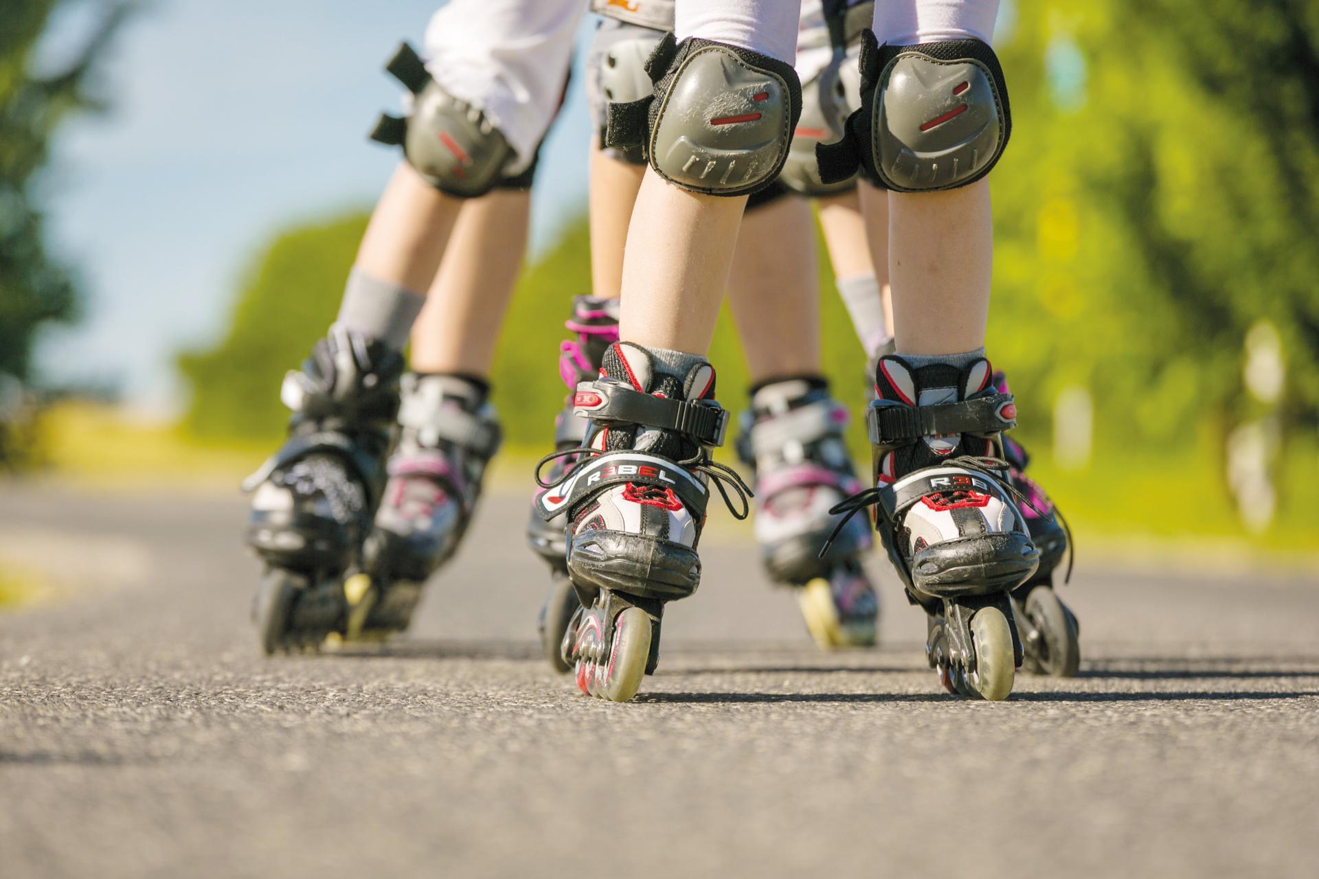 Kids sind mit Rollerskates in der Rolling Area in Lutzmannsburg unterwegs