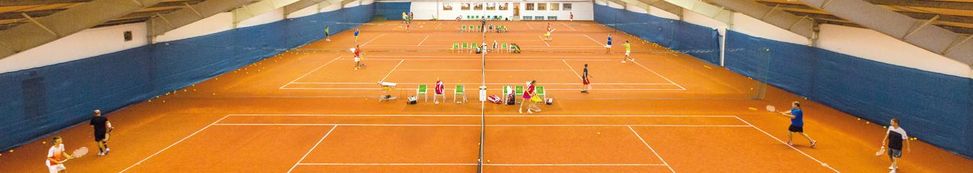 Die 4 Tennisplätze in der Tennishalle mit regem Spielbetrieb