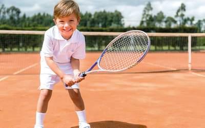 Kind am Tennisplatz