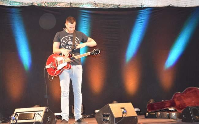 Paul Pizzera mit Gitarre
