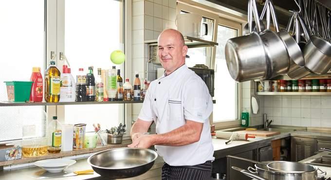 Küchenchef beim Kochen