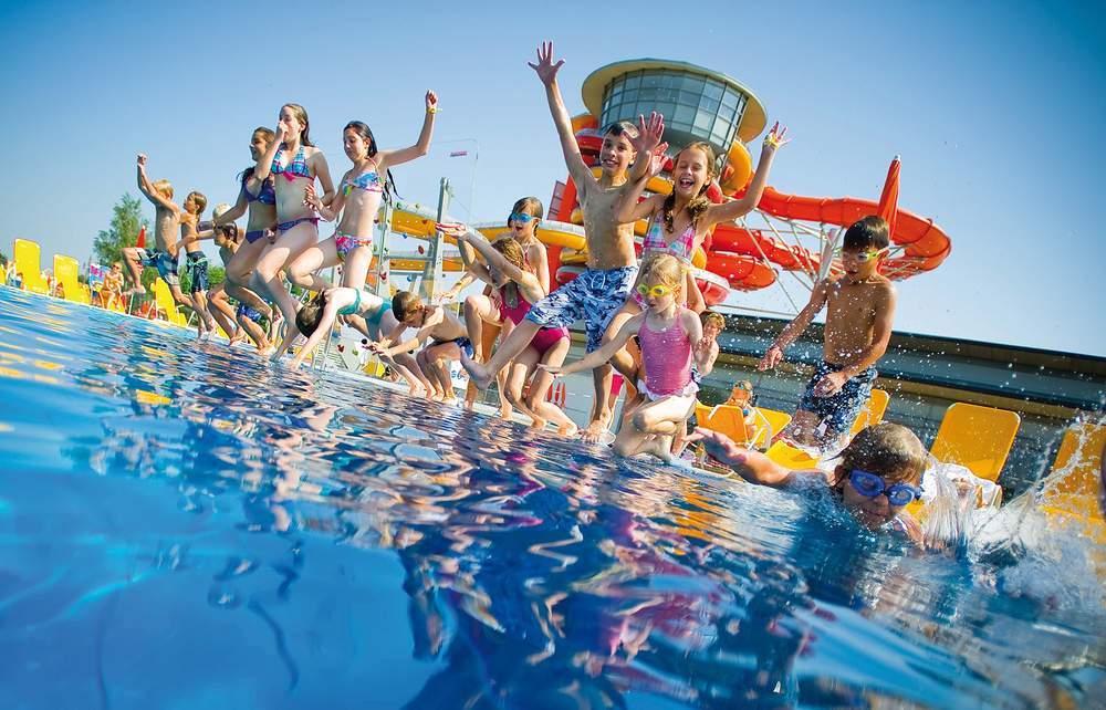 Kindergruppe springt ins Wasser