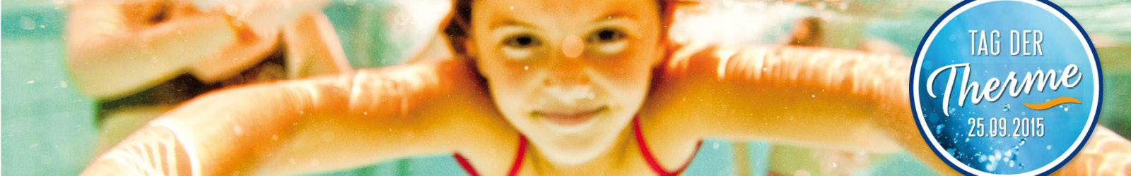 Mädchen taucht unter Wasser