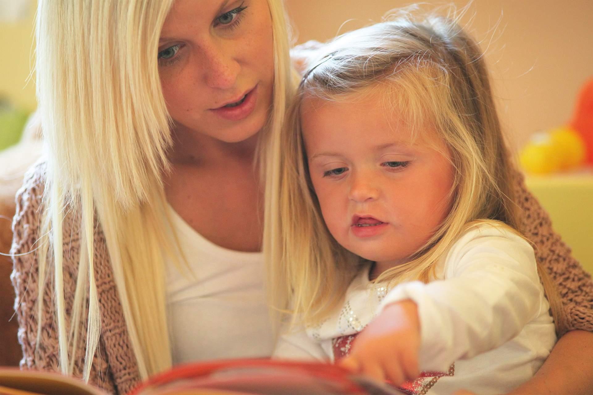 Mutter beim Vorlesen