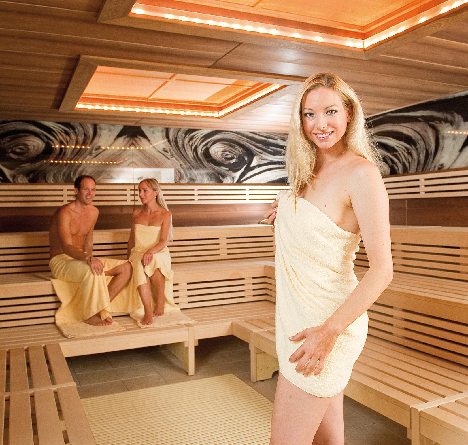 Saunabereich mit finnischer Holzsauna