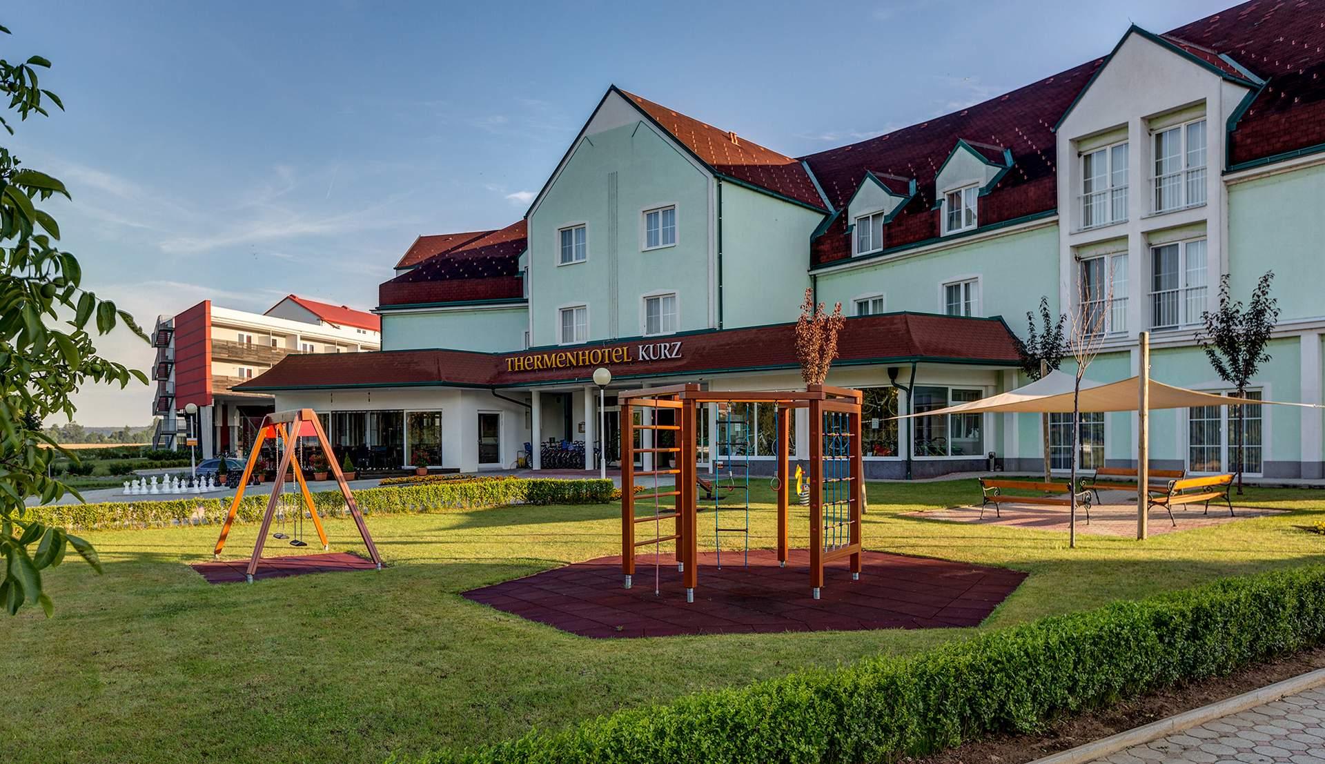 Spielplatz vor dem Hotel