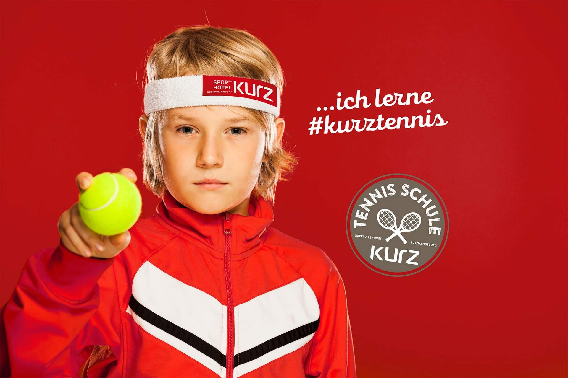 Junge mit Tennisball