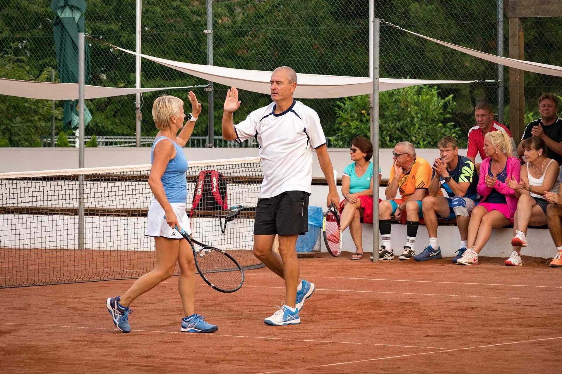 Abklatschen am Tennisplatz