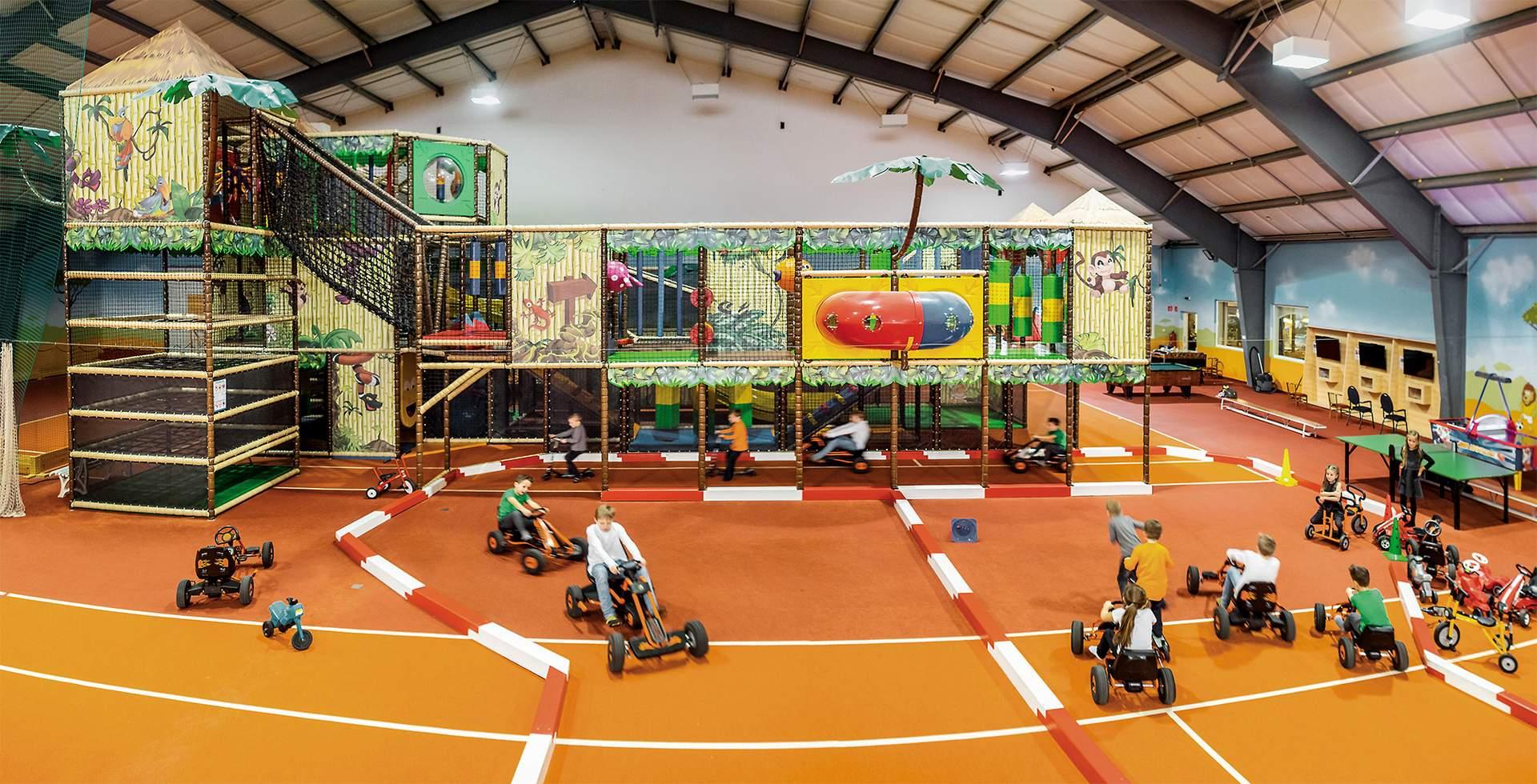 riesengroßer Indoor Funpark