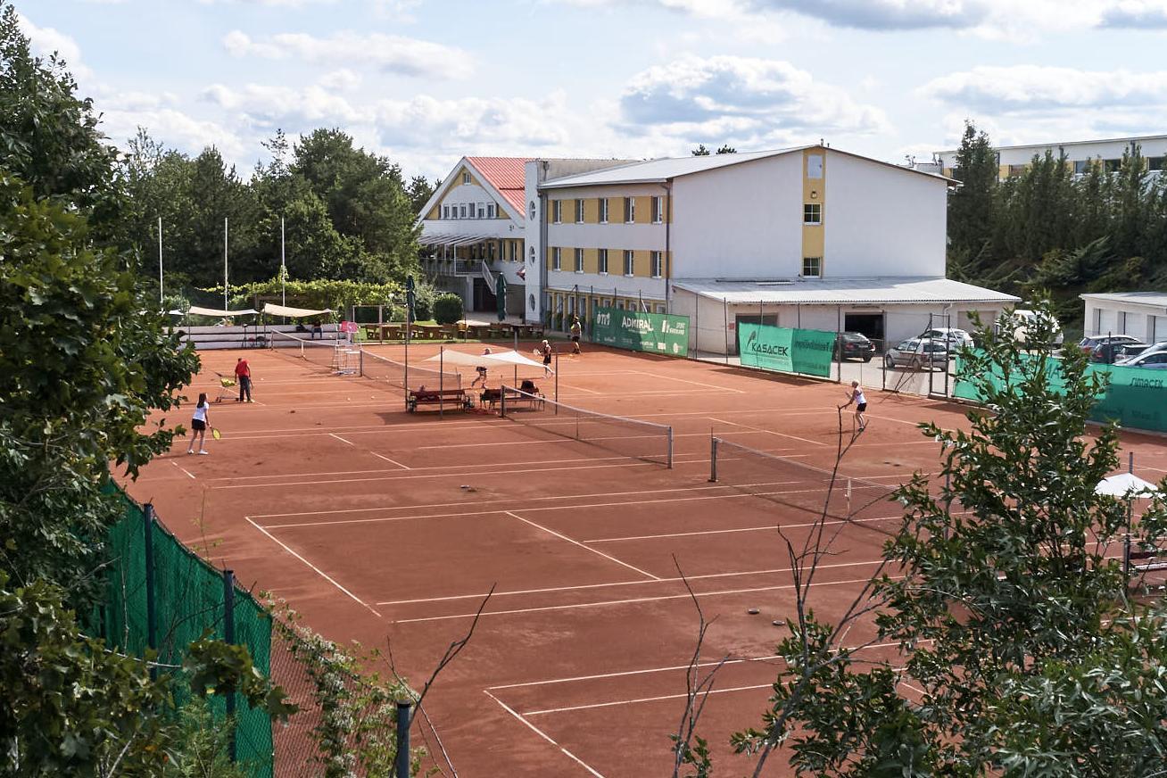 Hotelansicht mit Tennisplätze