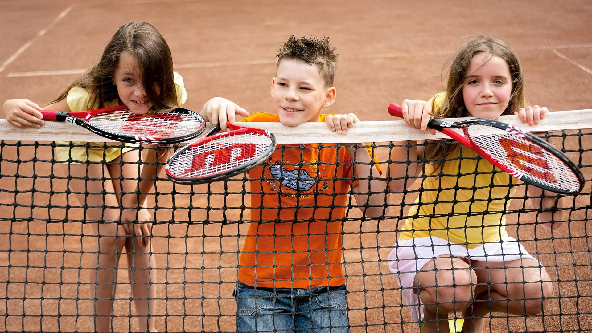 Kinder beim Tennis