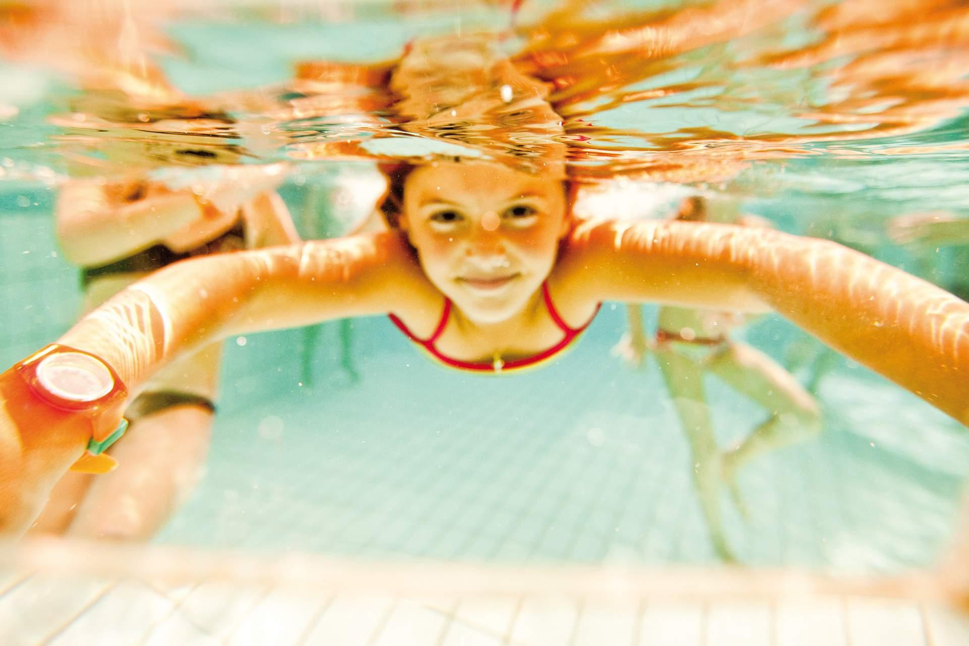 Kind taucht im Becken
