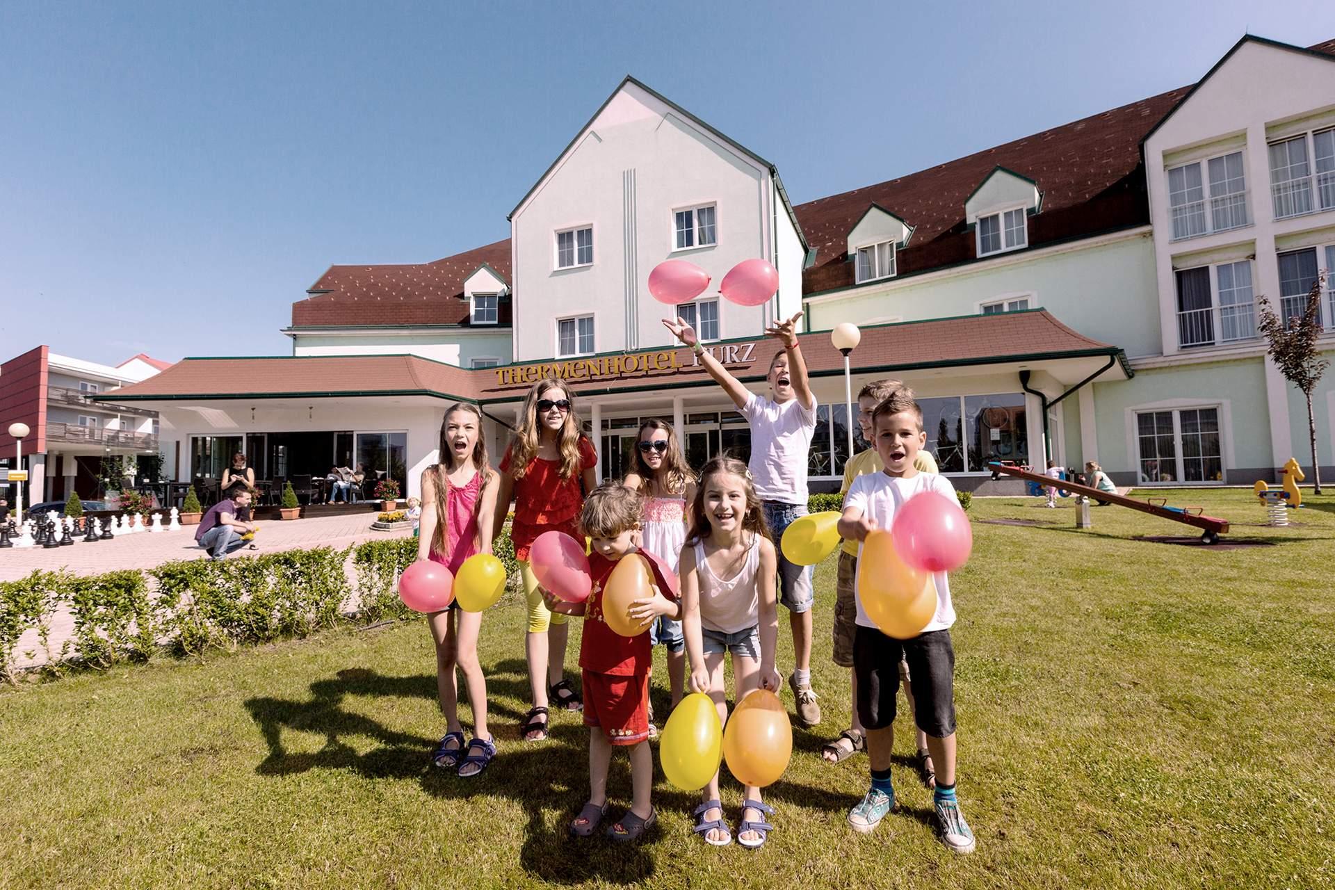 Kindergruppe mit Luftballons