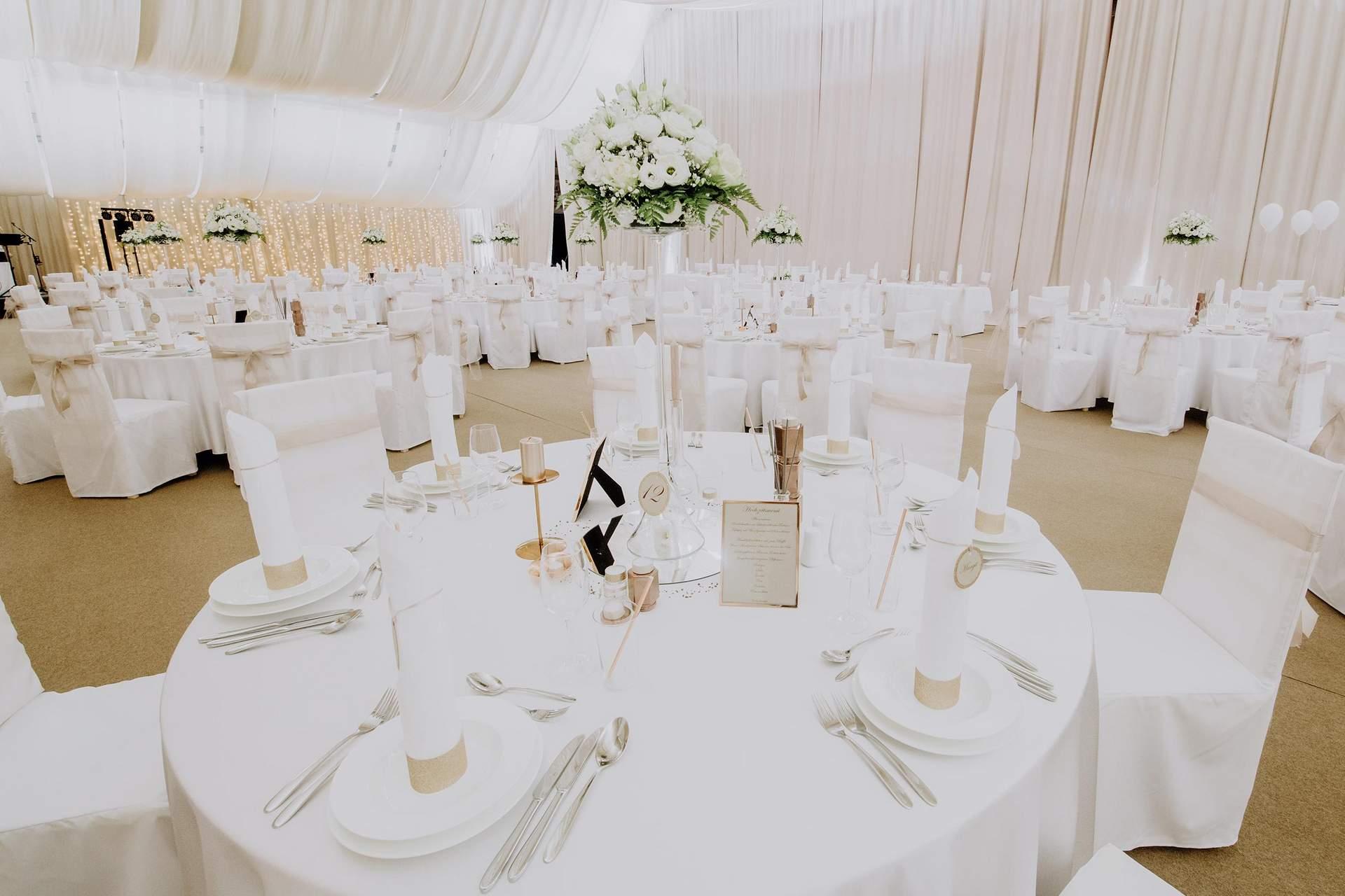 Tischgedeck im Hochzeitssaal