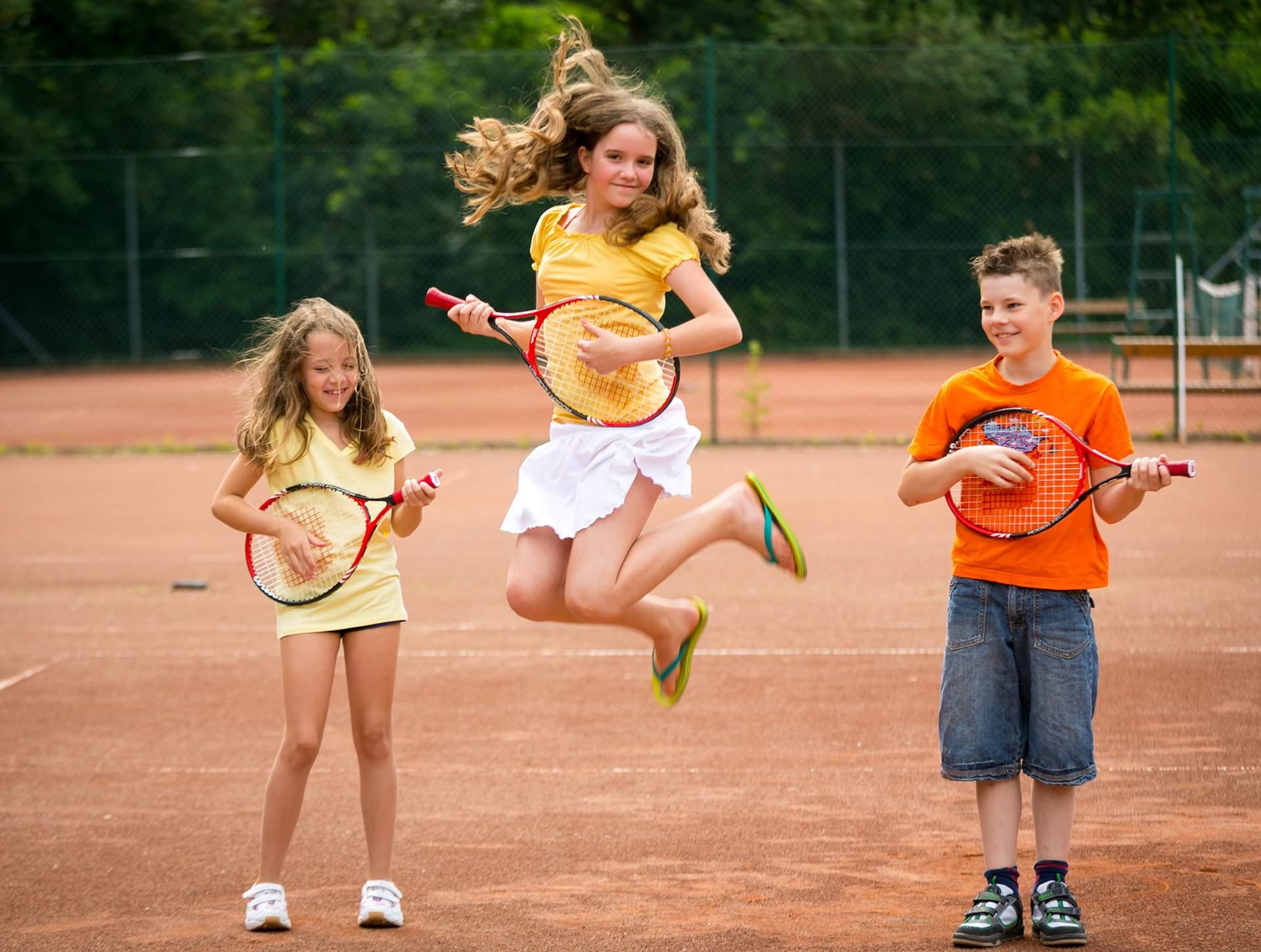 Kinder spielen mit Tennisschläger