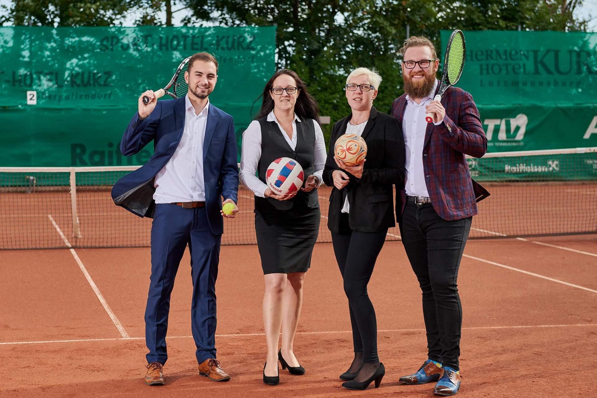 Rezeptionisten am Tennisplatz