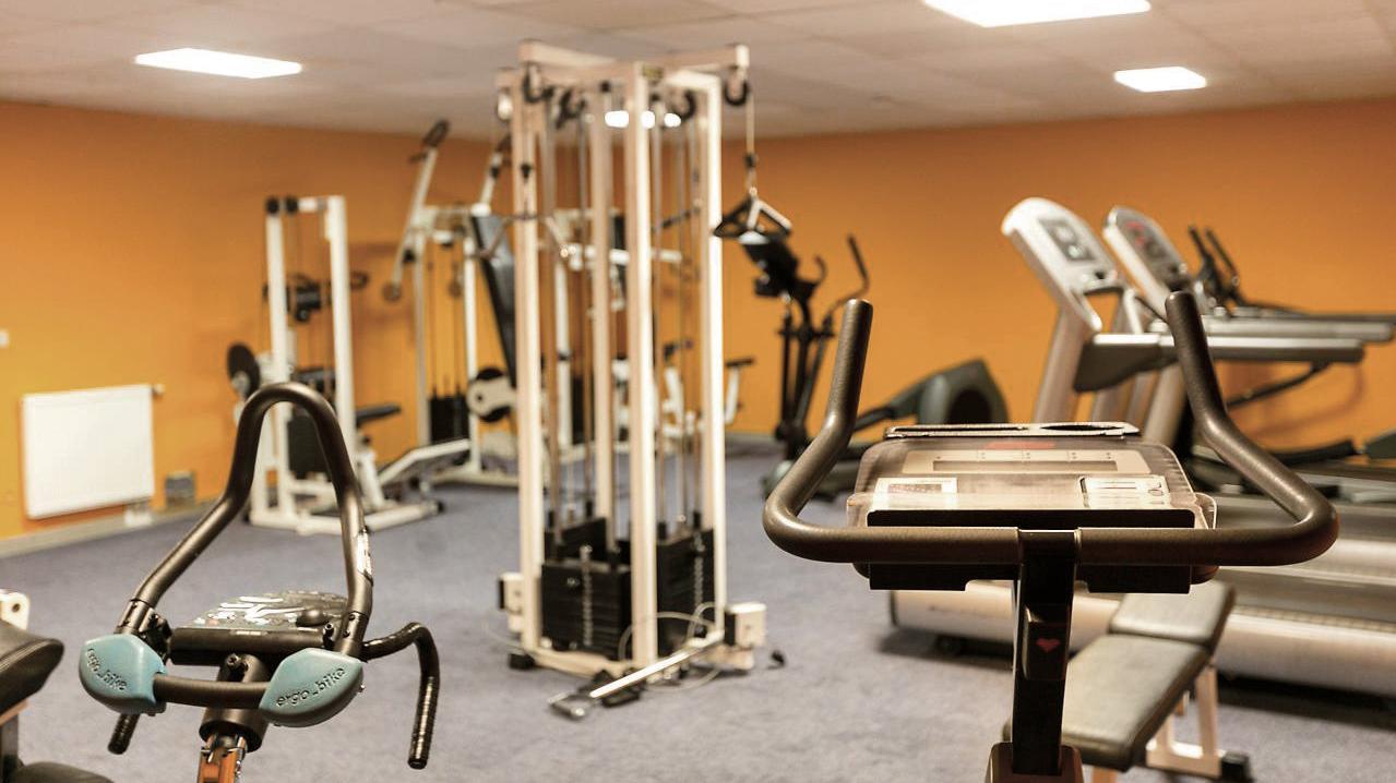 verschiedenste Fitnessgeräte