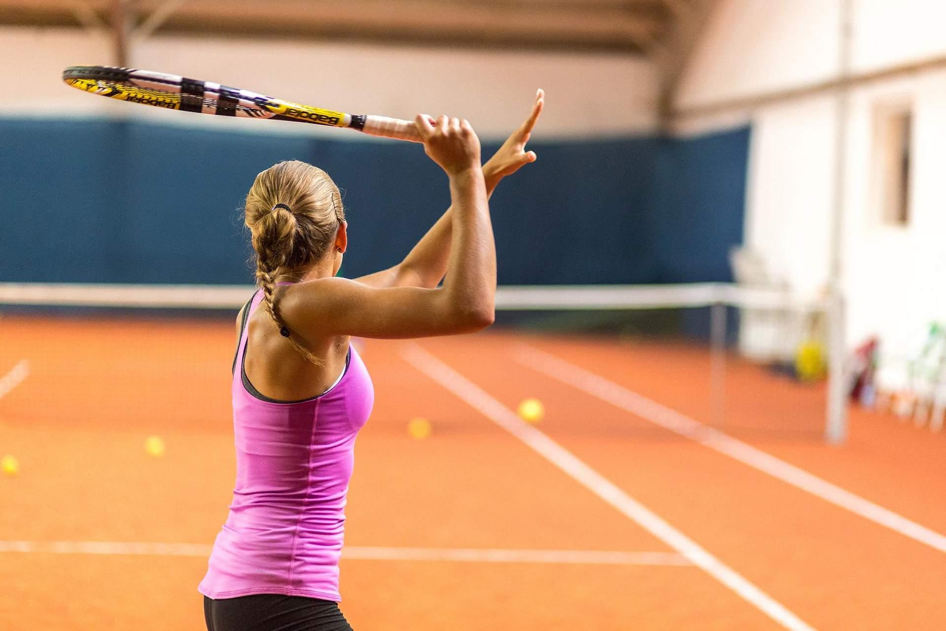 Tennisspielerin bei Vorhand