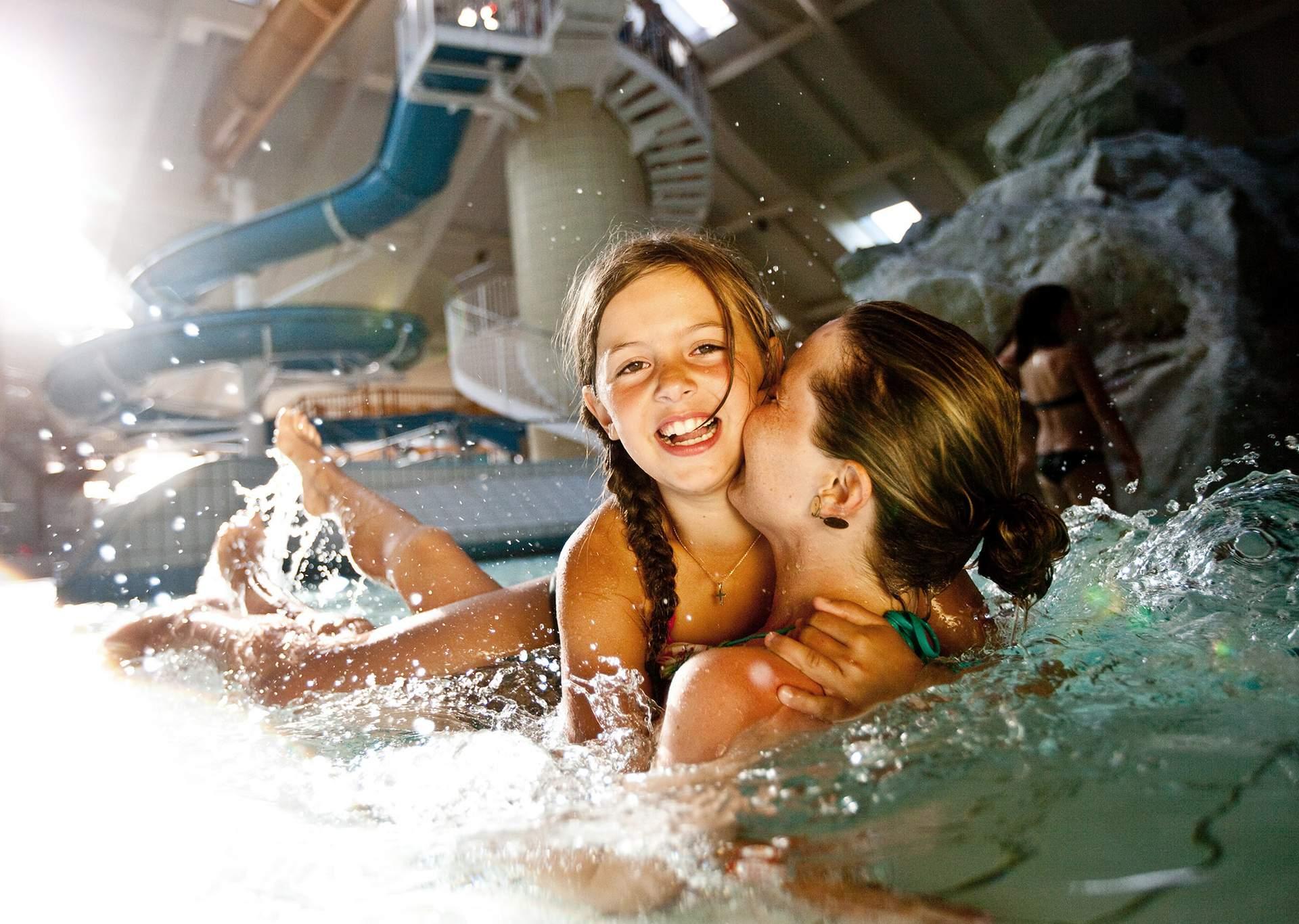 Mutter mit Kind im Schwimmbecken