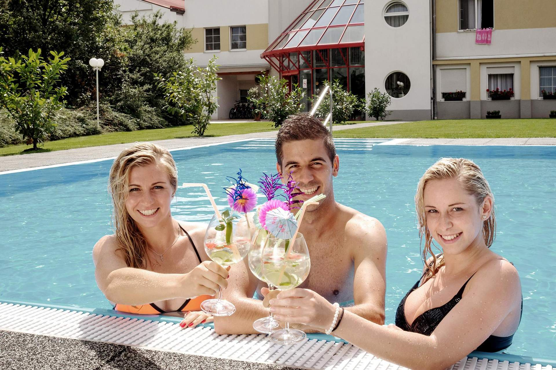 Erfrischende Cocktails im Pool