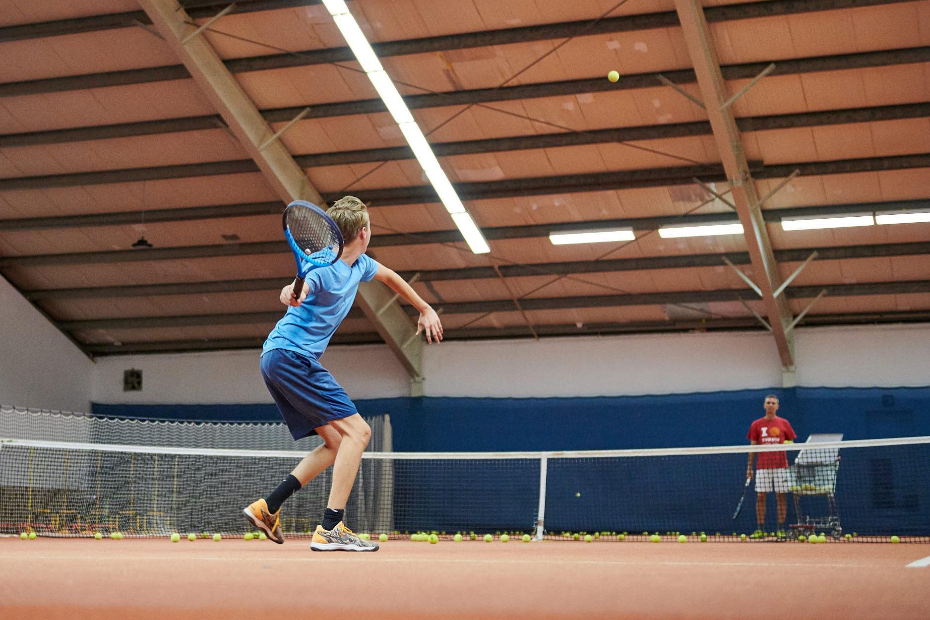 Kind beim Vorhand Topspin Volley