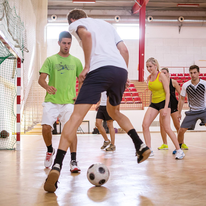 Fußballtraining in der Mehrzweckhalle