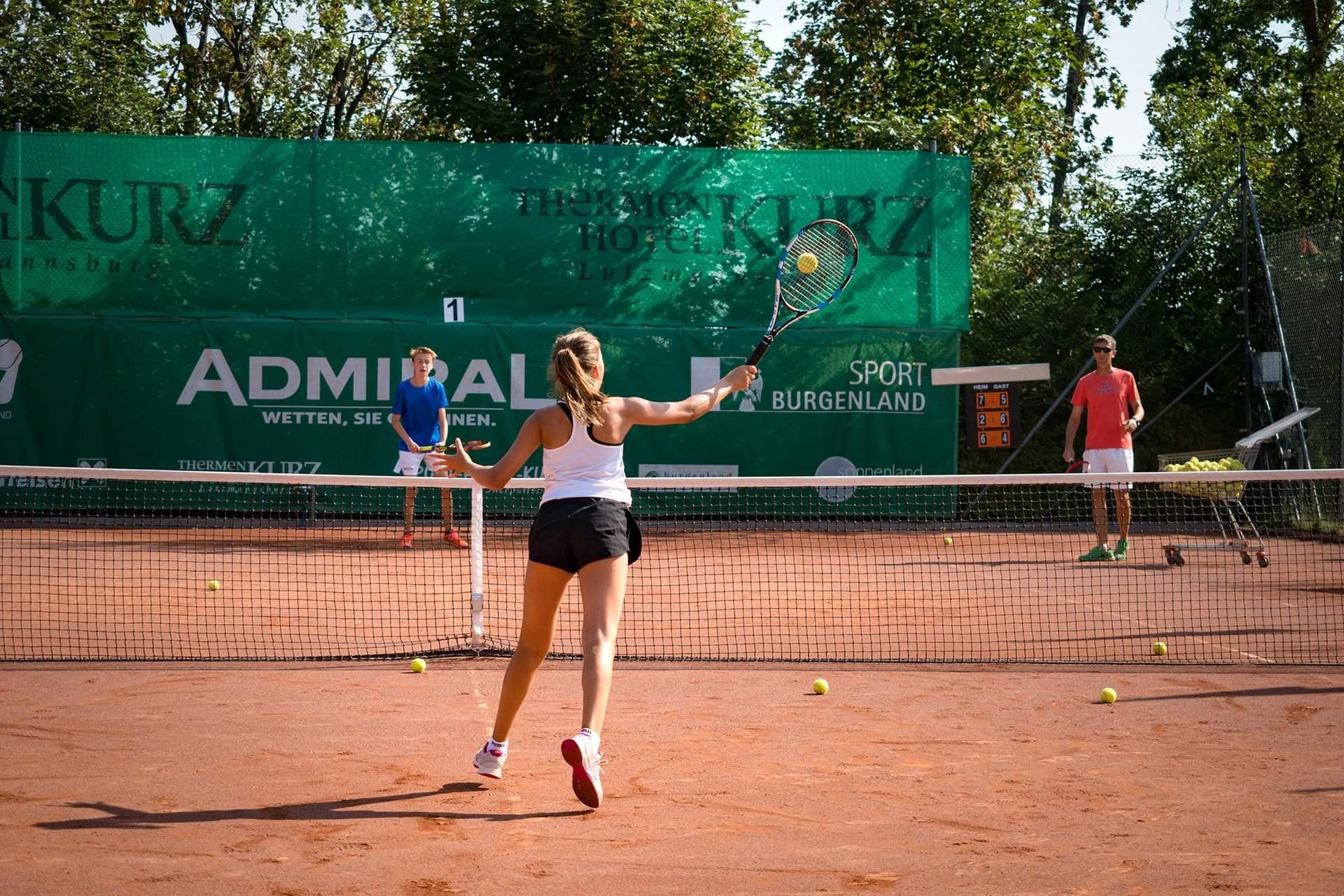 Volley Tennistraining im Freien