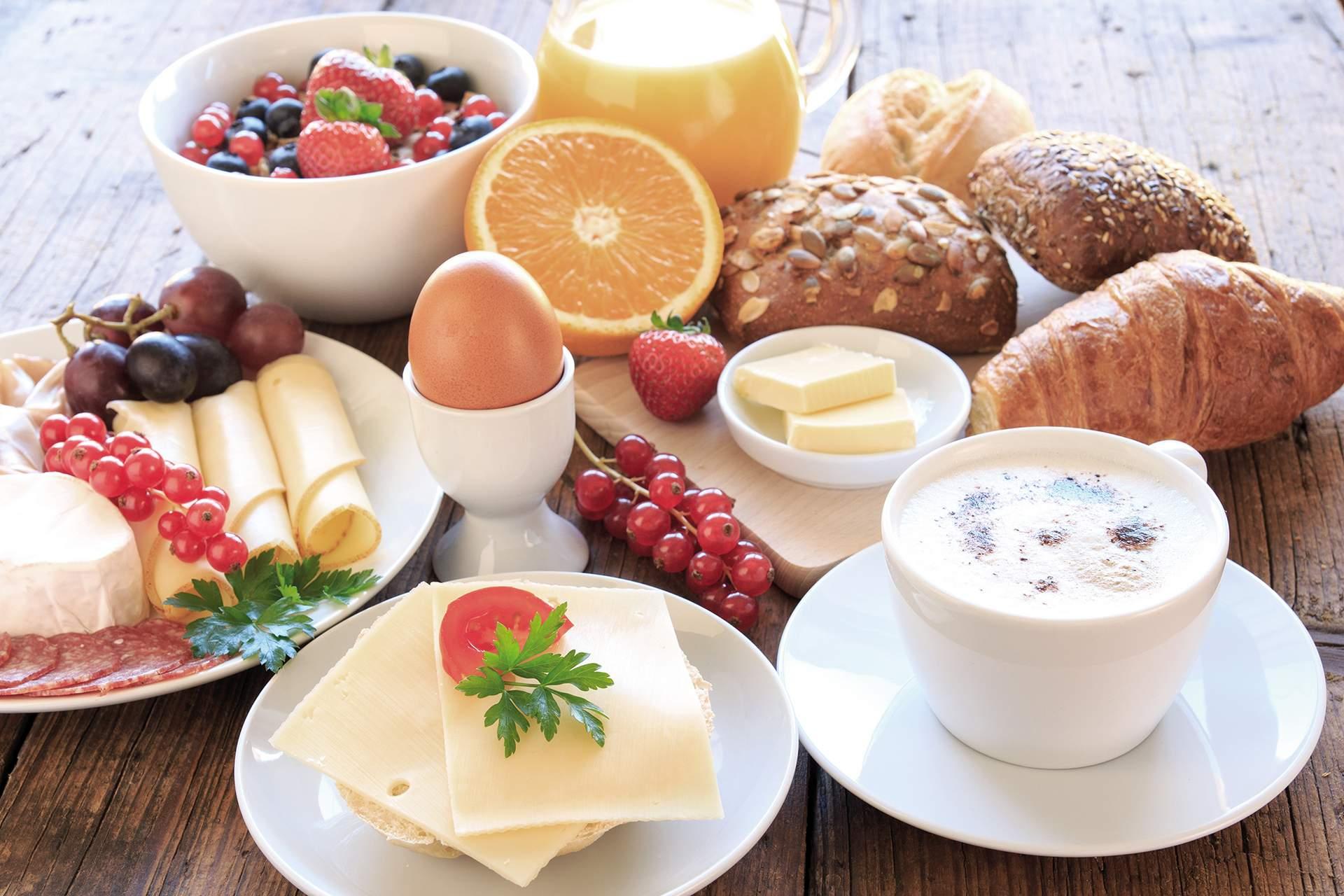 Frühstücksei mit Gebäck und Kaffee